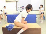 สาวน้อยนักเรียนญี่ปุ่น xxx เงี่ยนจัด โชว์อมควยปลอมแล้วขึ้นขย่ม ทำไม่อายต่อหน้าเพื่อนกลางโรงยิม